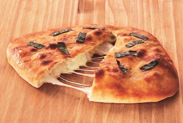 画像2: 【おにぎりせんべい風包み焼きピザ】1,400円(税別) ※ピザカッター付き