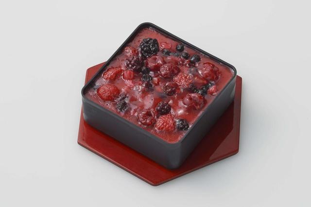 画像: ベリーショコラ ショコラムースの上にフリュイルージュムースを重ね、赤・黒すぐり、桑の実、こけもも、森の苺メランジェフリュイで色鮮やかに仕上げました。