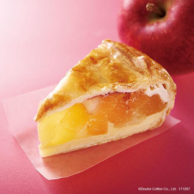 画像: 商品名:国産りんごのアップルパイ 販売価格:480円(税込) 冬の自信作、国産りんごを使用したアップルパイです。カスタードクリームに、ざく切りにしたりんごのシロップ漬けをのせ、パイ生地で包み、焼き上げました。大きめにカットしたりんごの存在感とシャリシャリとした食感が楽しめます。温めるとりんごの甘みが増し、より一層おいしくお召し上がりいただけます。