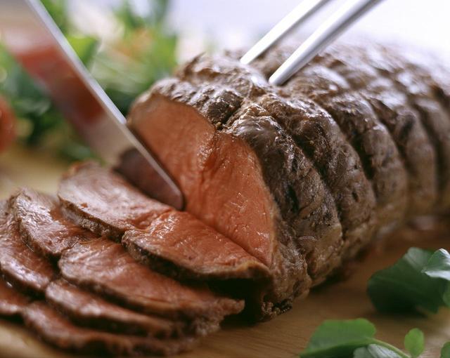画像: ■『京都牛のローストビーフ』のこだわり (1)京都牛を使用 使用するお肉は、おいしい水、四季折々の豊かな自然の中で、一頭一頭丹念に匠の技でじっくり育て上げる京都牛。中でも味が濃く、香り高く、京都牛の中でも特にやわらかな赤身部分である「ランプ」を使用しています。 ランプ肉はローストビーフとの相性も抜群で、おいしさをより引き出します。 (2)ベテランシェフが作る贅沢な一品 食にうるさい京都で20年以上京都人の舌をうならせてきたベテランシェフが作る贅沢なローストビーフです。ジューシーでやわらかなお肉は、アムールの通販でしか味わえない、特別なローストビーフとなっています。 ■商品概要 京都牛のローストビーフ300g 8,424円(税込)