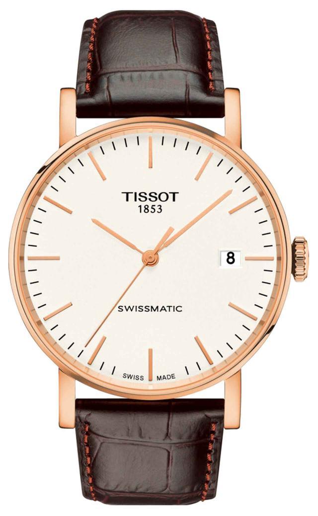 """画像: ティソ エブリタイム スイスマティック いつでも、どんなシーンにも楽しめるシンプルでスタイリッシュなデザインのケースに、次世代自動巻き式ムーブメント""""Swissmatic[スイスマティック]""""を初搭載した、スイス機械式時計の品質と信頼性を手軽に味わえるモデルです。この""""Swissmatic[スイスマティック]""""は最新設計により、生産から組み立てまでフルオートメーションのもと製造され、従来100以上必要としていたパーツ点数を約半分に抑えた画期的な自動巻きムーブメントです。最大90時間のロングパワーリザーブを備え、週末外していても動き続ける実用性を誇ります。初めて挑戦する機械式時計としても最適な、いつでも手に取れるタイムレスな時計です。女性が少し大きめサイズを着用するボーイフレンドウォッチとしても最適な40mmのケースサイズで、ジェンダーレスにご使用いただけます。 www.tissotwatches.com"""