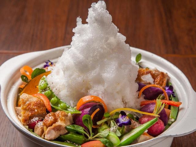 画像1: グリーン野菜と食用花で雪解けを表現!ムービー映えするヘルシー鍋 15種緑黄色野菜とローストチキンの雪山鍋 1人前1,680円