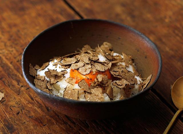 画像: トリュフTKG バターとパルミジャーノチーズを和えたごはんに、『究極のTKG』でふわふわにクラウド化された卵をオン。 お好みの量のトリュフをかけて食べるぜいたくな一品です。 ●使用材料 ご飯…適量 卵(クラウド化)… 1個 バター…適量 パルミジャーノチーズ…適量 トリュフ(アルバ産)…適量