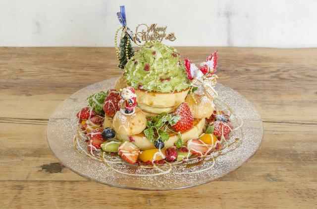 画像: 「クリスマスツリーパンケーキ」1,850円(税別) ピスタチオクリームと特製ソースの相性ばつぐん!