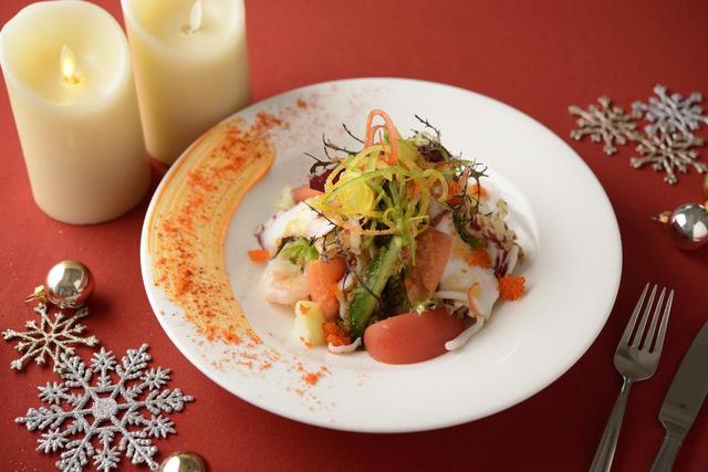 画像: ■「前菜」:海の幸と彩り野菜のサラダ仕立て 人参のヴィネグレット ~Joyeux noel~メリークリスマス:単品2,000円 クリスマスをイメージする色鮮やかな野菜と海の幸。お皿の周りには、聖夜の星空を思わせる人参ピューレとあしらいを飾り、心躍るクリスマスを表現した豪華な一品です。
