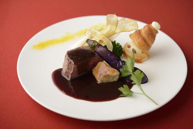 画像: ■「肉料理」:牛フィレ肉のロティ フォアグラソテー添え トリュフ香る赤ワインソース~Sainte nuit~聖なる夜:単品3,200円 牛フィレ肉を真空し、低温でゆっくりと時間をかけて柔らかく仕上げました。希少なフォアグラとトリュフ香る濃厚で艶のある赤ワインソースを絡めてお召し上がり下さい。