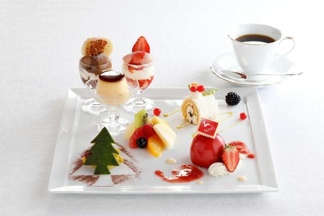 画像: 「12月の資生堂パーラー物語」(コーヒーまたは紅茶のカップサービス付) 2,450円 資生堂パーラー定番のストロベリーパフェ、チョコレートパフェ、プリンに、旬のスイーツ3品とフルーツからなるプレートデザート。12月はクリスマスをイメージしたスイーツを盛り合わせました。 ブリュレ入りの苺ムース、ツリー仕立てのピスタチオケーキ、チョコチップやドライ杏、ピスタチオの入ったマスカルポーネクリームのノエルなど、様々な味わいを楽しめます。