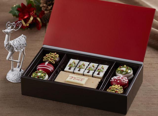画像: クリスマスをイメージしたプティフールはこの時期のプレゼントやホームパーティに大活躍。フルーツケーキに幸せを分かち合う願をこめて。 <パウンドケーキ> ノエルプレート付のフルーツケーキ。切り分けてみなさまでお召し上がりいただけます。 <カットパウンドケーキ> モミの木の模様が描かれたメープルオレンジのパウンドケーキです。 <ソフトクッキー> カシス、チョコレートにツリーのデザインを施した濃いめのマロン、クリスマスリースを描いたプラリネをご用意。