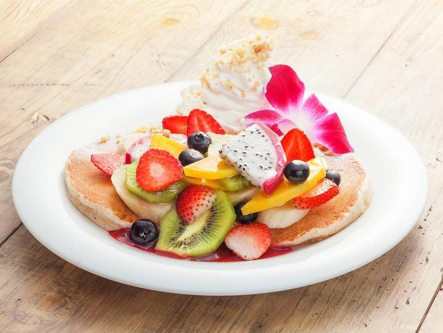 画像: ◆アイランド・フルーツ・パンケーキ 6種類以上のフレッシュフルーツをたっぷりトッピングした贅沢パンケーキ。