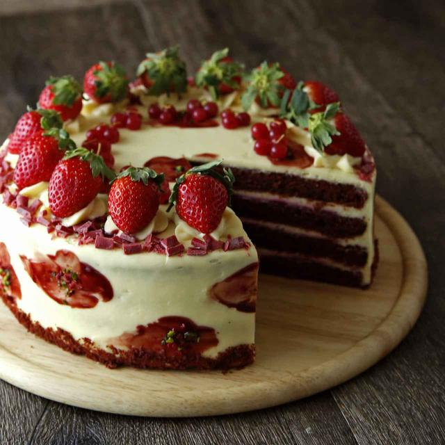 画像: ▲レイヤーケーキ レッドヴェルベット ココアスポンジ生地とバタークリームチーズをあわせ、いちごとフランボワーズソースでデコレーションした、断面も美しいレイヤーケーキ。