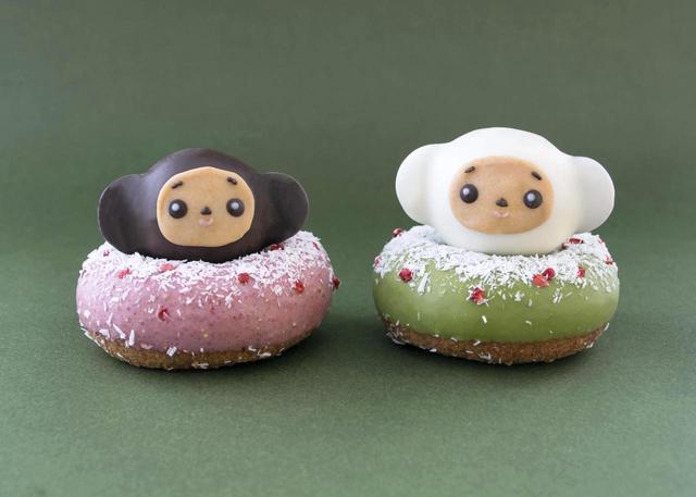 画像: ころころチェブ 12月5日(火)〜12月14日(木) 価格:各380円(税込) 可愛らしい大きな耳は、クーベルチュールチョコレートでお作りしています。 土台のドーナツは、ピンクはいちごのチョコレート、グリーンは抹茶のチョコレートでお作りしています。 冬らしくココナッツで雪を降らせました。