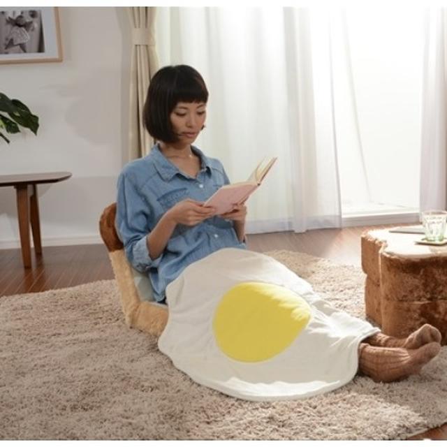 画像: 目玉焼きひざ掛け(2,678円) 超キュートなひざかけは、職場などでも大活躍! 洗濯できるのも安心ポイントです。エアコン風対策にぜひ◎ サイズ W72×D90cm