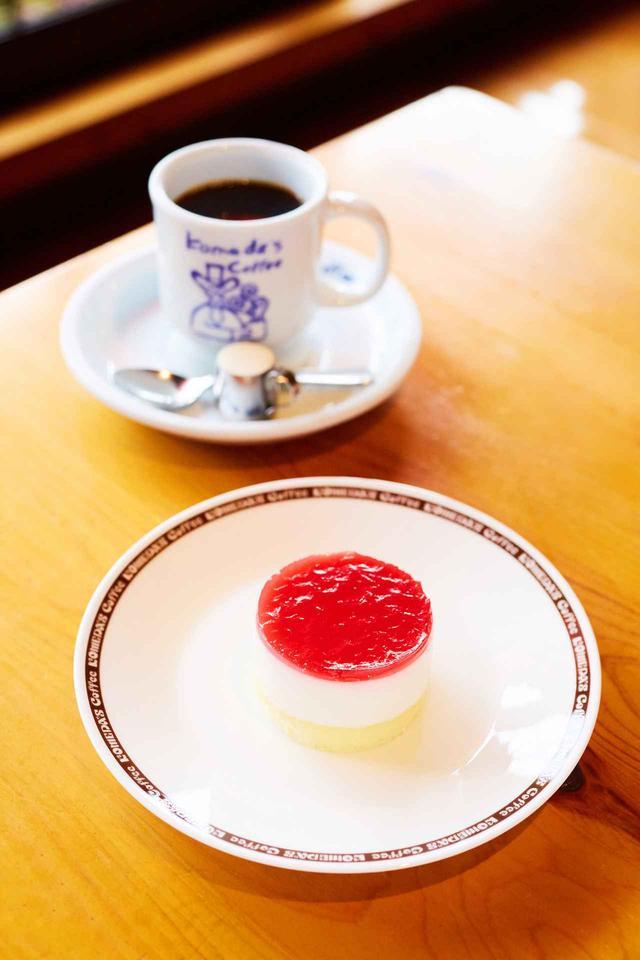 画像: 「円(まどか)」 360円(税込) NEW! 日本の伝統的な甘味飲料「甘酒」がケーキになりました。甘酒の原料である、米と米麹から作られた「酒粕」を使用したさっぱりとした甘さが特徴のムースケーキです。甘酸っぱいラズベリー&ストロベリーのゼリーがアクセント。 ※原材料に酒粕(アルコール)を使用しています。