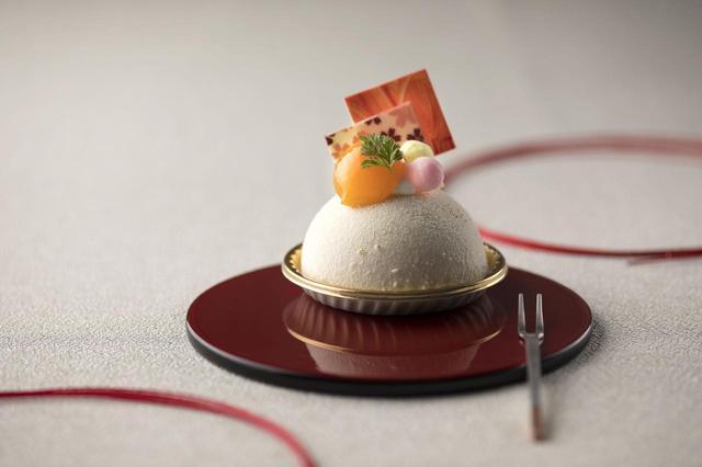 画像: ◆金柑ドゥーブルフロマージュ 550円 ドーム型のレアチーズケーキの中に、コクのあるベイクドチーズケーキと金柑を使ったジュレを入れました。表面にホワイトチョコを吹きつけ、さらにホワイトチョコでコーティングしたあられや金柑などを飾り、まるでお正月飾りのようなスイーツに仕上がりました。さっぱりとした金柑と濃厚なチーズのマリアージュをお楽しみください。