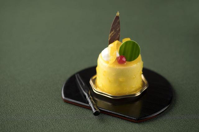 画像: ◆柚子ショコラ 550円 柚子のムースの中にミルクチョコレートのムースを閉じ込め、表面を柚子の皮と柚子のゼリーでコーティングしました。トップには、柚子皮のコンポートや生クリームを飾り、柚子をまるごと堪能できる、フルーティーな甘さのショコラです。