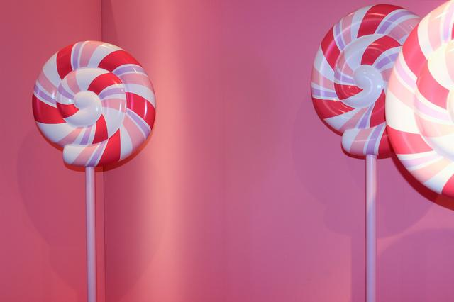 画像: 背丈ほどある大きなキャンディー