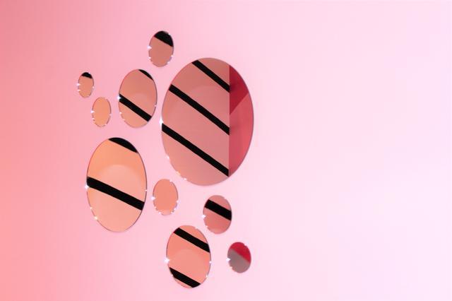 画像: ピンクの壁に不規則な丸いミラーがセット