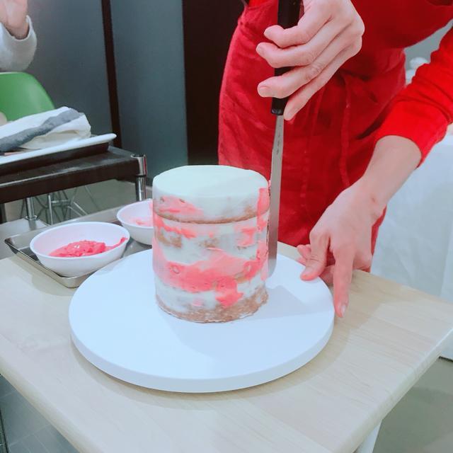 画像: ラフにクリームを伸ばしていくと、グラデーションが完成。