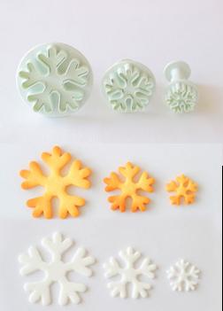 画像: 雪の結晶ができるクッキーの型