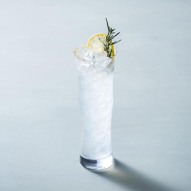 画像: ◇ Citron Drop シトロンドロップ ¥1,400 アメリカの若者を中心にトレンドになっている、レモンの酸味と砂糖の甘みが溶け合うウォッカベースの「レモンドロップ」を東京マリオットホテル流にアレンジしたカクテル。シトラスが香るウォッカを使ったすっきりとした味わいで、グラスの縁に飾られたブラウンシュガーの甘みがアクセントになっています。