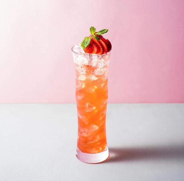 画像: ◇ Berrich ベリッチ ¥1,500 甘酸っぱいストロベリーをリッチに使用した、見た目も華やかで上品なカクテル。ベースのストロベリーリキュールの優しい甘さが口に広がります。皮ごと使ったレモンの酸味が苺の甘みを引き立てる、フルーティーでスイートなカクテルをご堪能ください。