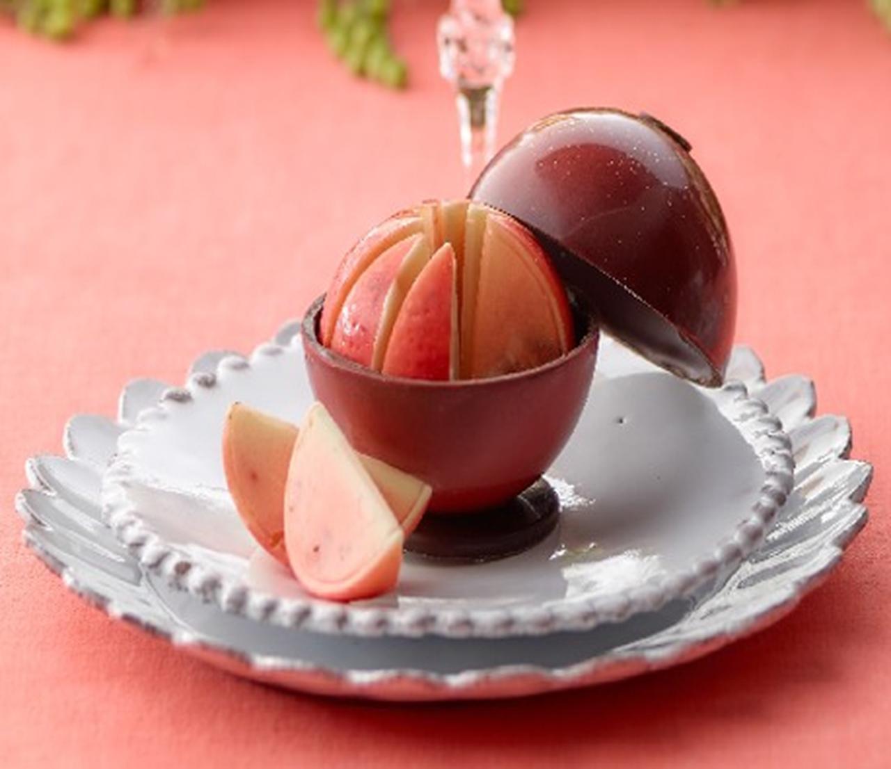 画像: ■セバスチャン・ブイエ/フリュイショコラポム〔11個入、(外側1個、中身10個)〕 1,944円 球体のチョコの中にはりんご型でりんご風味のチョコレート。