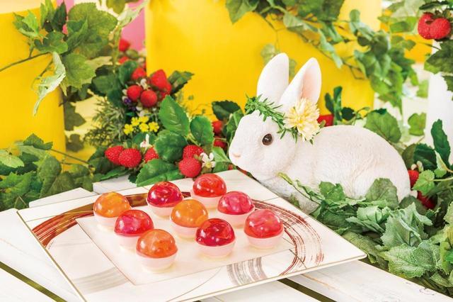 画像: 「ストロベリーフラワーの雫」 ホワイトチョコレートの上に、ストロベリームースを乗せ、オレンジ風味のゼリーと組み合わせました。まあるいゼリーの中に、エディブルフラワーを忍ばせ、キラリと光る朝露のようなデザートに仕上げました。