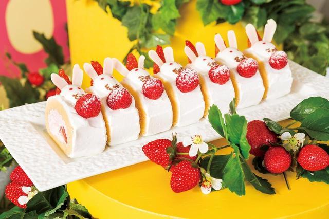 画像: 「ストロベリー・ラビット・ロール」 ルバーブと苺を、ストロベリークリームで巻き、ロールケーキにしました。苺畑に遊びにきた白ウサギをイメージし、ホワイトチョコレートでかわいい耳を表現したシェフの遊び心あふれる一品です。 ルバーブとは、フキのような見た目の、タデ科の野菜で、パリッとした食感と酸味が特徴です。ふわふわした優しいロールケーキの中に広がる程よい酸味と食感をお楽しみいただけます。
