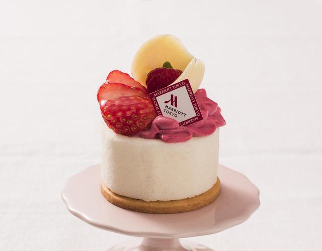 画像: ◇ Mignon ミニョン ¥450 甘酸っぱい苺と上品な甘さのバニラムースをあわせ、フリルのようなクリームが華やかなスイーツ。アニスやシナモンがほのかに香るベリーソースがアクセントになった、大人テイストの味わいをお楽しみください。