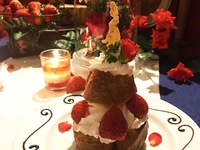 画像: サクサクのシュー生地にカスタードとホイップのWクリームを挟んだ「古城に咲く一輪の薔薇」爽やかな苺の酸味と、お城自慢のローズティーとの相性は抜群 古城に咲く一輪の薔薇 1100円