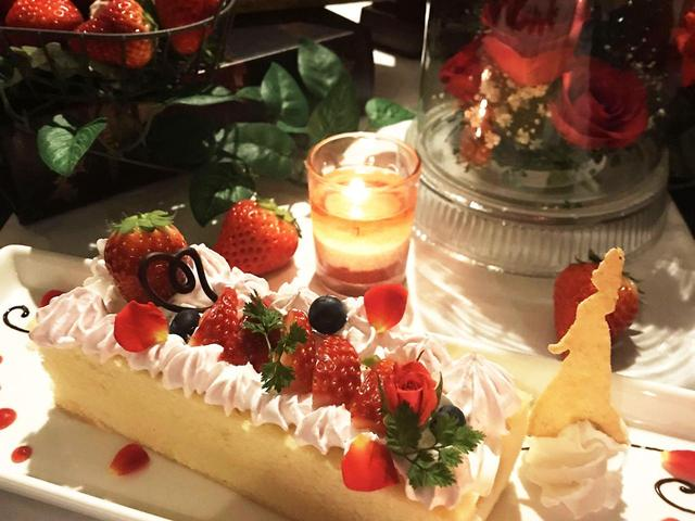 画像: ふわふわのスポンジ生地に苺のクリームと甘い苺をたっぷり使用した「古城の宝箱」は1人~2人で食べられとってもボリューミー 古城の宝箱 1500円(1~2人用)
