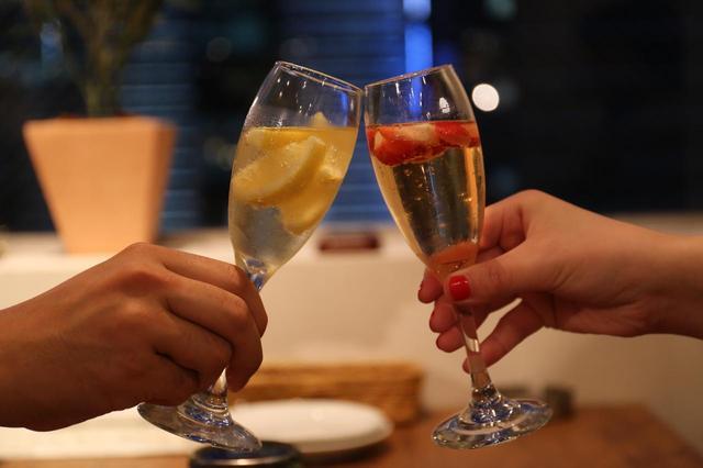 画像2: 女性は1時間1,250円で生ハムと凍結フルーツスパークリングワインが食べ飲み放題