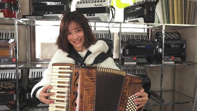 画像: challenge 185:アコーディオンを弾いてみよう! (千代田線 西日暮里駅/トンボ楽器製作所) ・「トンボ楽器製作所」はハーモニカとアコーディオン専門メーカー。歴史は100年以上と古く、現在では日本最古のハーモニカメーカーであり、国内で初めてのアコーディオン製造メーカーでもあります。 ・そんな歴史あるお店のショールームで、石原さんがアコーディオンの試奏にチャレンジ!上手に弾けたのでしょうか…?