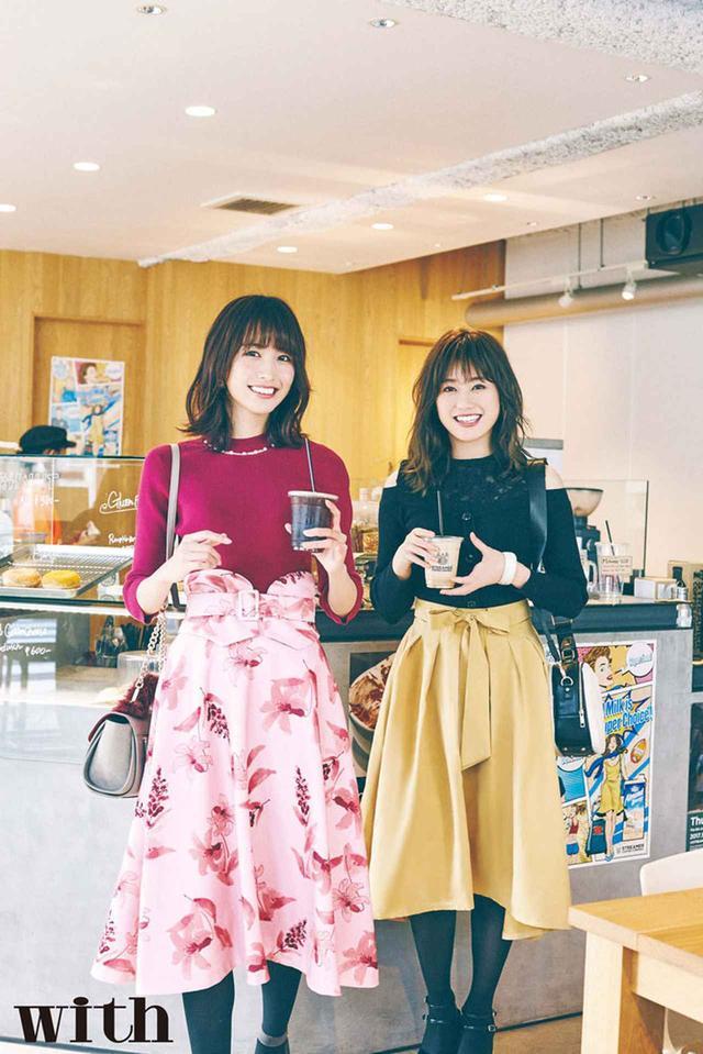 """画像: 守屋茜さん、土生瑞穂さんの2人は""""昼の12時、カフェラウンジ""""にて、ガールズトークで休憩中。"""