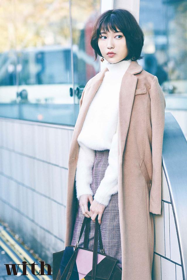"""画像: 志田愛佳さんは""""15時、営業でメトロ出口で待ち合わせ""""OLを。"""