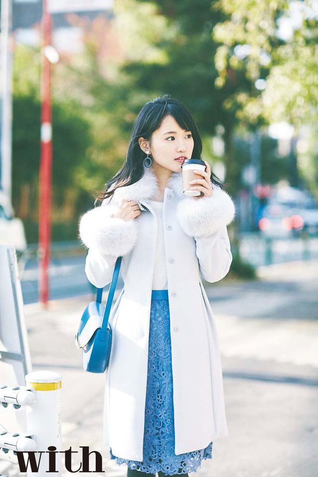 """画像: 菅井友香さんは""""朝7:00、出勤途中の交差点""""をカフェラテを持って颯爽と歩くOLを。"""