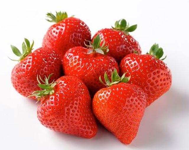 画像: 「あまおう」は、福岡県農林業総合試験場で開発され、福岡県内限定で生産されている大変人気のあるいちごです。 真っ赤な色と艶があること、果実は大きく、甘さと酸味のバランスが優れていることが特徴です。 名前の由来は、「あかい」「まるい」「おおきい」「うまい」の頭文字を合せたもので、「いちごの王様になれるように」との意味が込められています。