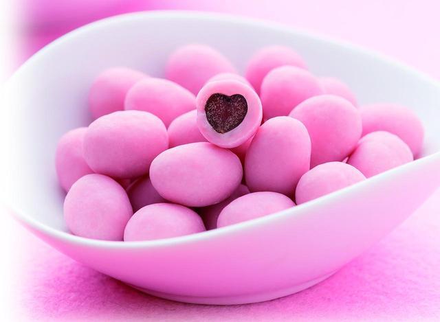 画像: <花園万頭>ぬれ甘チョコつとストロベリー 378円(1袋)※1月15日(月)発売 イチゴチョコの中はハート型のぬれ甘なつとがお目見えします