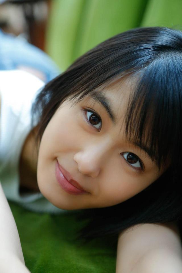 画像1: 透明感あふれる16歳の清純派女優・竹内愛紗のカレンダーが発売決定!