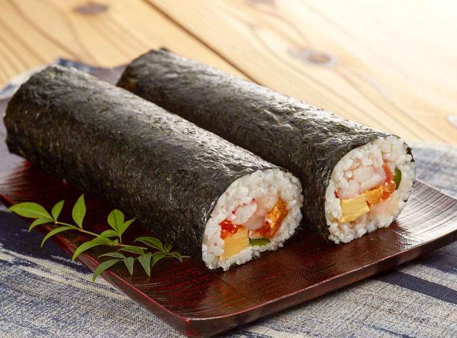 画像: 毎年の「北海道展」では毎回売上ナンバー1、北海道の超有名店「鮨処 雑魚亭」が、今回の恵方巻き商戦のためだけに期間限定で登場します。「鮨処 雑魚亭」が恵方巻のためだけに出店するのは、全国百貨店として初の試みです。 (右)ずわいがに棒肉、イクラ、赤えび、サーモンたたき、帆立貝柱蒸しうに (左)たらばがに棒肉、イクラ、甘えび、いか、帆立貝柱、蒸しうに、サーモンたたき 北海道の海の幸をふんだんに使用した贅沢な恵方巻に注目。 <鮨処 雑魚亭> (右)恵方巻(ずわいがに棒入)1本 3,024円 (左)恵方巻(たらばがに棒入)1本 4,320円 ※2月2日(金)、3日(土)のみ販売。