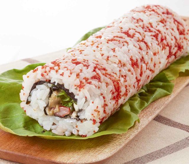 画像: アメリカのおしゃれな巻き寿司「カリフォルニアロール」を販売。表面はプチプチ食感のとびっこをまぶしています。 【あべのハルカス近鉄本店限定】 <サラダカフェ> カリフォルニアロール 1本 829円