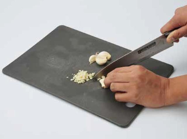 画像: ②ニンニクをみじん切りにしておく。チューブニンニクでも代用可だが、できれば生ニンニクを使用したい。