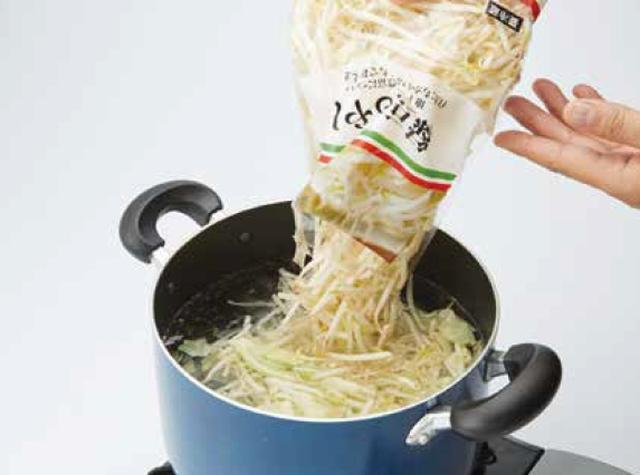 画像: ①モヤシをサッと湯通し。キャベツなどのほかの野菜も使う場合は同時に湯通しする。