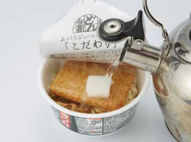 画像: ③どん兵衛に粉末スープと牛脂を入れて熱湯を注ぐ。完璧な二郎感を求める人は「おあげ」を抜いてしまっても良い。 ④盛り付けに時間がかかるため、2~3分したら野菜とニンニクをのせよう。 ⑤お好みの具材をトッピングしたら完成。どん兵衛の上にそびえ立つチョモランマ!これが「どん二郎」だ!!