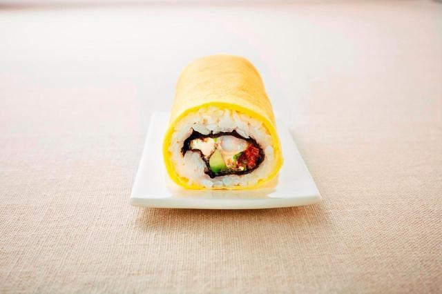 画像: 人気惣菜ショップRF1からも、野菜と女性に人気の海老とアボカドの恵方巻き。 <RF1> 7種野菜入り海老とアボカドの福恵方巻き 1本 1080円