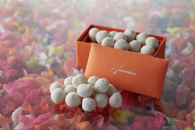 画像: ヘーゼルナッツホワイトショコラ 1,500円 イタリア産の香ばしい大粒のヘーゼルナッツをホワイトチョコレートでコーティング。厳選された香り高いへーゼルナッツの食感が楽しい贅沢な一品です。