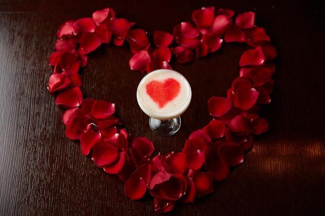画像: エターナルウィズ 1,600円 ★新メニュー 男性から女性に。尊敬や純潔の意味があり純真な気持ちにさせてくれる白い薔薇をイメージしたホワイトデーカクテル。チョコレートで描いた真っ赤なハートマークが際立つ、愛を伝えるのにふさわしいカクテルです。