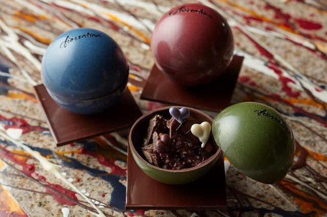 画像: ショコラ コスモス 3,000円 (1個 / 3色) 宇宙(コスモス)の惑星をイメージさせるシックな雰囲気のショコラボールの中に、ボンボンショコラやハート型のチョコレート、ライスクリスピーが入っています。サプライズ感のある大人のためのバレンタインスイーツです。