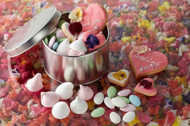 画像: ホワイトデーアソートスイーツ 2,500円 ★新作 カラフルなドラジェ、苺とローズのギモーブ、大小2種類のアイシングクッキーをシルバーの缶に詰め合わせた、華やかなホワイトデーアソート。