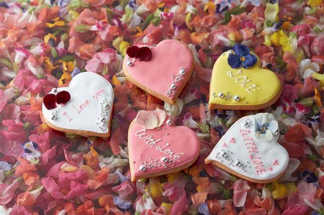 画像: メッセージ入りアイシングクッキー 約9cm 1,000円 ★新作 可愛らしいハート型のバニラ風味のアイシングクッキーに、アラザンやエディブルフラワーで華やかにデコレーション。お好きなメッセージを入れられる、世界に一つのオリジナルクッキーです(※オンライン予約限定商品)。また、予約限定とは別に、店頭では「THANK YOU」や「WITH LOVE」などのメッセージ入りもご用意いたします。 ※2018年2月19日(月) 11:00よりオンライン予約受付開始 ※受け取り希望日の5日以上前までの予約が必要です ※約15文字までご希望のメッセージを入れられます
